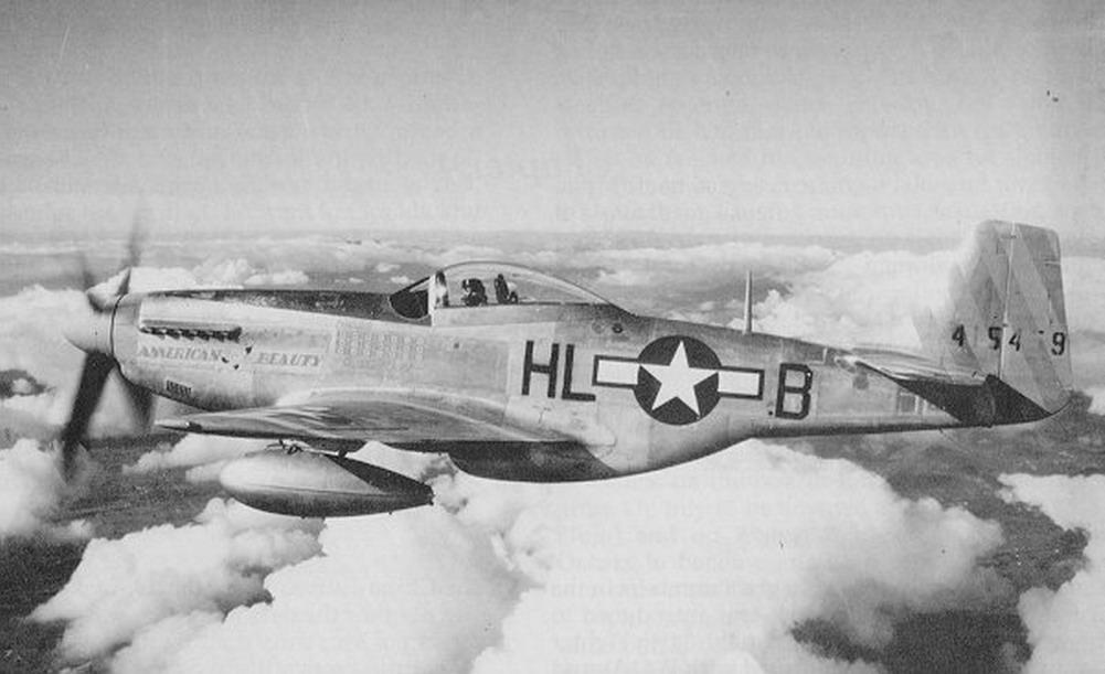 """Soberbio y poderoso, este P-51D (con tanques auxiliares bajo las alas) no pudo estar mejor bautizado que como """"American Beauty"""" (fuente: www.asisbiz.com)"""