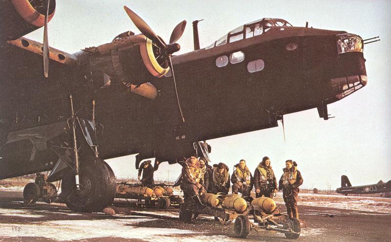 Excelente fotografía a color de este Mk.I tomada en 1941 en una visita al 149º Escuadrón, uno de los primeros usuarios de Stirling. Obsérvese el enorme tamaño del tren de aterrizaje principal, una dificultad añadida para el piloto en la maniobra de aproximación.
