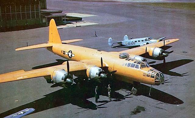 El Nakajima G8N1 Renzan capturado por los norteamericanos aparece aquí en esta foto, estacionado junto a un Beech C-45 (fuente USAF)