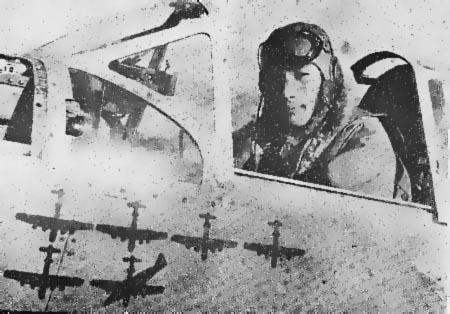 Kobayashi posa en la cabina de su nuevo Ki-61, luciendo la cifra de B-29 derribados. La sexta silueta indica claramente que fue debido a una colisión en el aire
