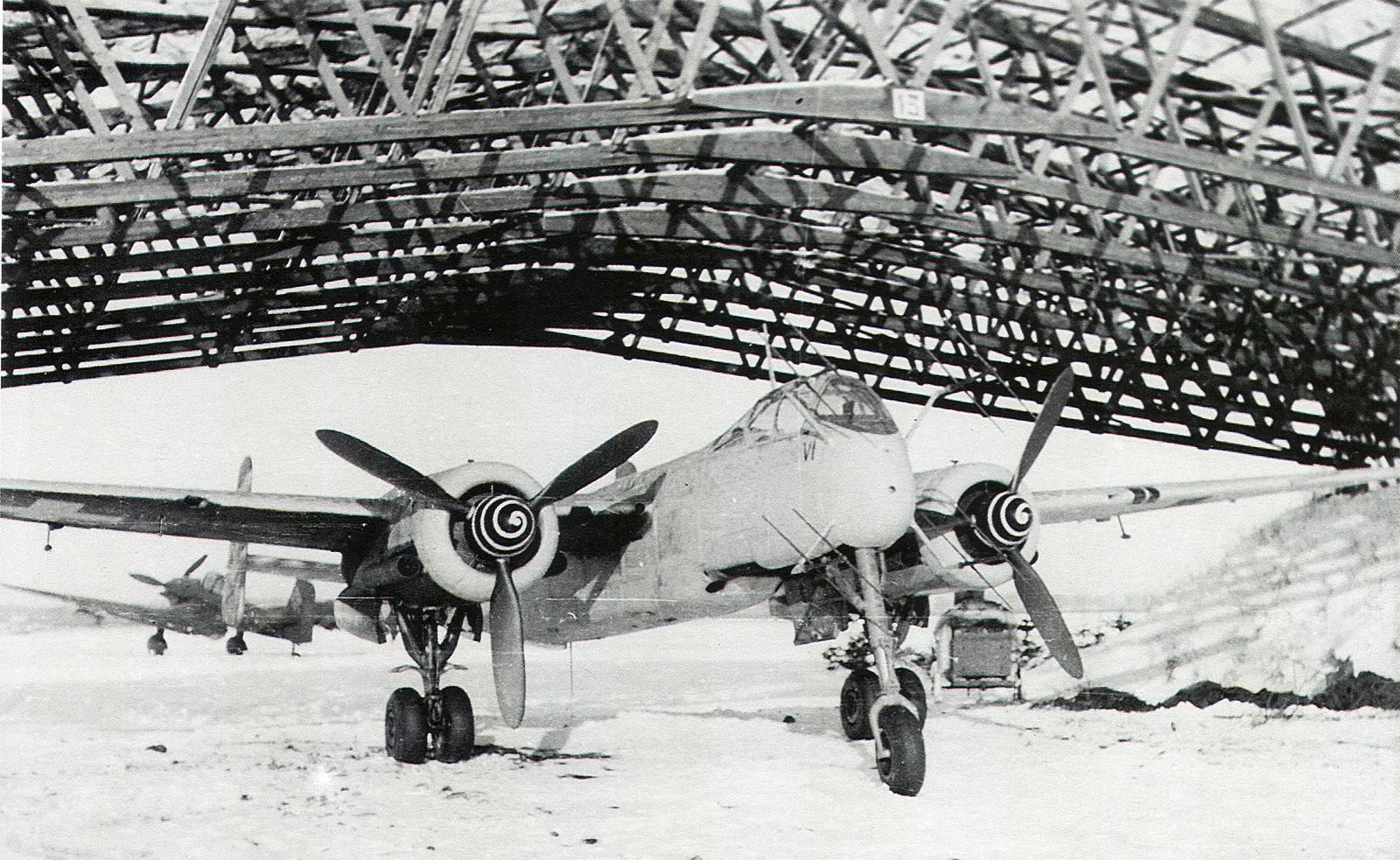 Un He 219 con equipo de radar FuG 220 SN-2 en un desolado hangar del aeródromo de Münster-Handorf en el invierno de 1944/45. Este radar incorporaba, además de las antenas de búsqueda en el morro, otras más pequeñas de advertencia en el cono de cola (fuente: www.asisbiz.com)