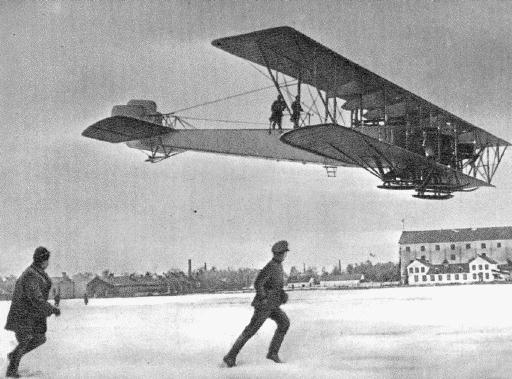 El S-22 Ilya Muromets efectúa su primer vuelo, el 11 de diciembre de 1913, en el aeródromo de Korpusnoi, cerca de San Petersburgo