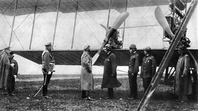 El Zar Nicolás II conversa con Igor Sikorsky ante el enorme S-21 Russian Vityaz, en el aeródromo de Krasnoye Selo, en 1913