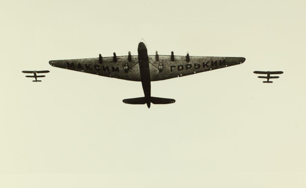 El ANT-20, escoltado por dos cazas I-5. La cercanía de los biplanos y una mala sincronización en la maniobra conllevaron la catástrofe (Fuente:San Diego Air & Space Museum Archives)