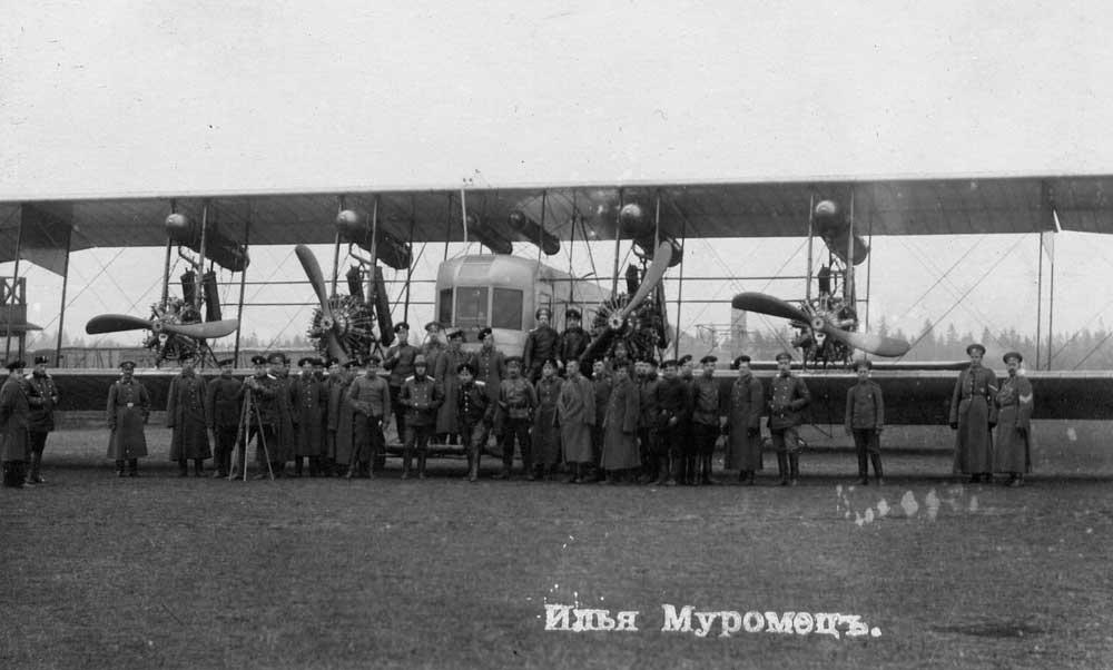 Militares posan delante de este Ilya Muromets, donde podemos observar la descomunal envergadura de una aeronave construida hace un siglo (fuente: www.alpklubspb.ru)