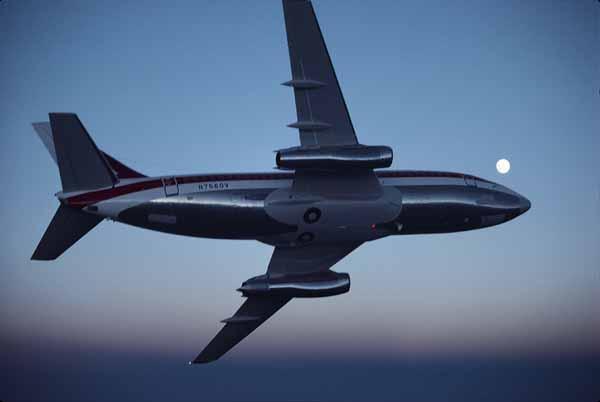 El prototipo del primer Boeing 737-200 (matrícula N7560V) efectúa sus pruebas en vuelo y se luce para la cámara. Aún no sabía que iba a convertirse en el reactor civil más fabricado de la historia (fuente: boeing.com)