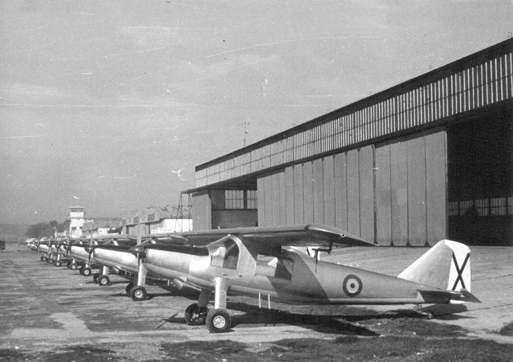 Relucientes y aún sin matricular, esta línea de C-127 luce orgullosa tras salir de la cadena de montaje de la Maestranza Aérea de Tablada. Parte de los hangares sobreviven aún (fuente: www.jaon.es)