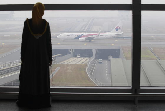 Una mujer observa el carreteo de un 737-800 en la terminal de Kuala Lumpur. La cara más amarga del enigma: la angustiosa espera de los familiares. (fuente: www.ingenieur.de)