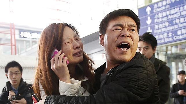 Dolor de los familiares de los pasajeros tras conocer la desaparición del avión (fuente: abc.es)