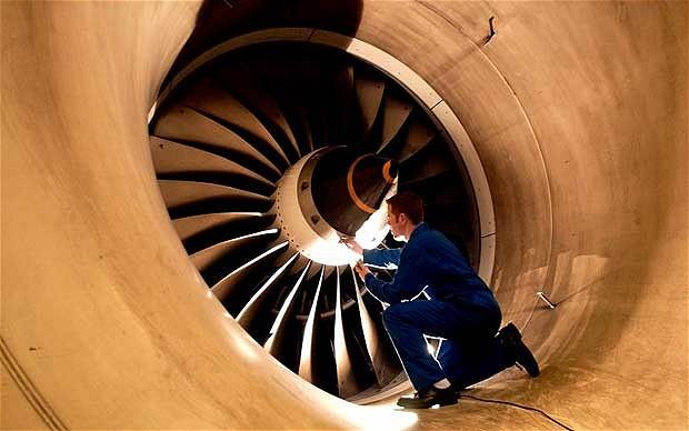 Inspección de los álabes de una turbina Trent 800 (fuente: i.telegraph.co.uk)