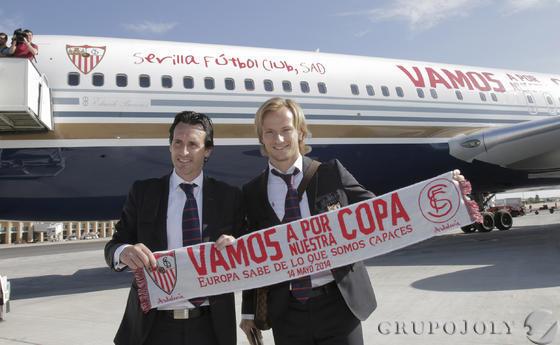 El capitán del equipo, Iván Rakitic, y su entrenador, Unai Emery, posan delante del avión, unas horas antes de tocar la gloria en Turín (fuente: Antonio Pizarro/Grupo Joly)