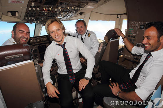 Los jugadores del Sevilla, Rakitic y Beto, posan junto a los pilotos del avión en vuelo a Turín. Su comandante, Alejandro Díaz de Movellán, sevillista, al mando de la aeronave, aparece a la izquierda (fuente: Antonio Pizarro/Grupo Joly)