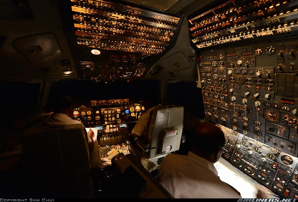 Entrar en la cabina del DC-10 es regresar tecnológicamente a los años setenta, con el ingeniero de vuelo a bordo. Obsolescencias aparte, la atmósfera es simplemente espectacular (fuente: Sam Chui / Airliners.net)