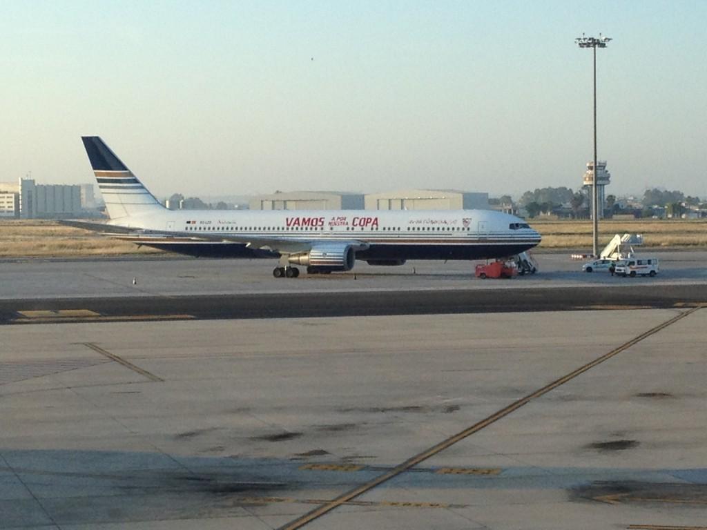 El Boeing 767 espera a aficionados y equipo del Sevilla FC para llevarlo a Turín, con sus orgullosos stickers aplicados en el fuselaje (fuente: Germán Jesús García Pancho)