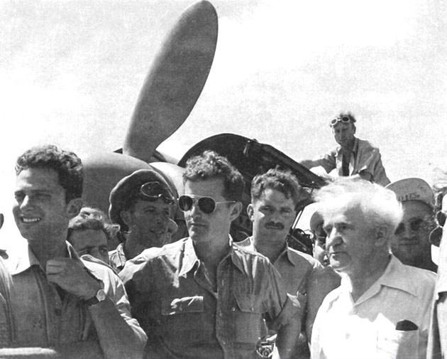 17 de agosto de 1948. David Ben Gurion visita al escuadrón 101. Modi Alon aparece a su lado, con gafas de sol, con Syd Cohen entre ambos y Gideon Lichtman y Maurice Mann a la izquierda. (fuente: 101squadron.com)