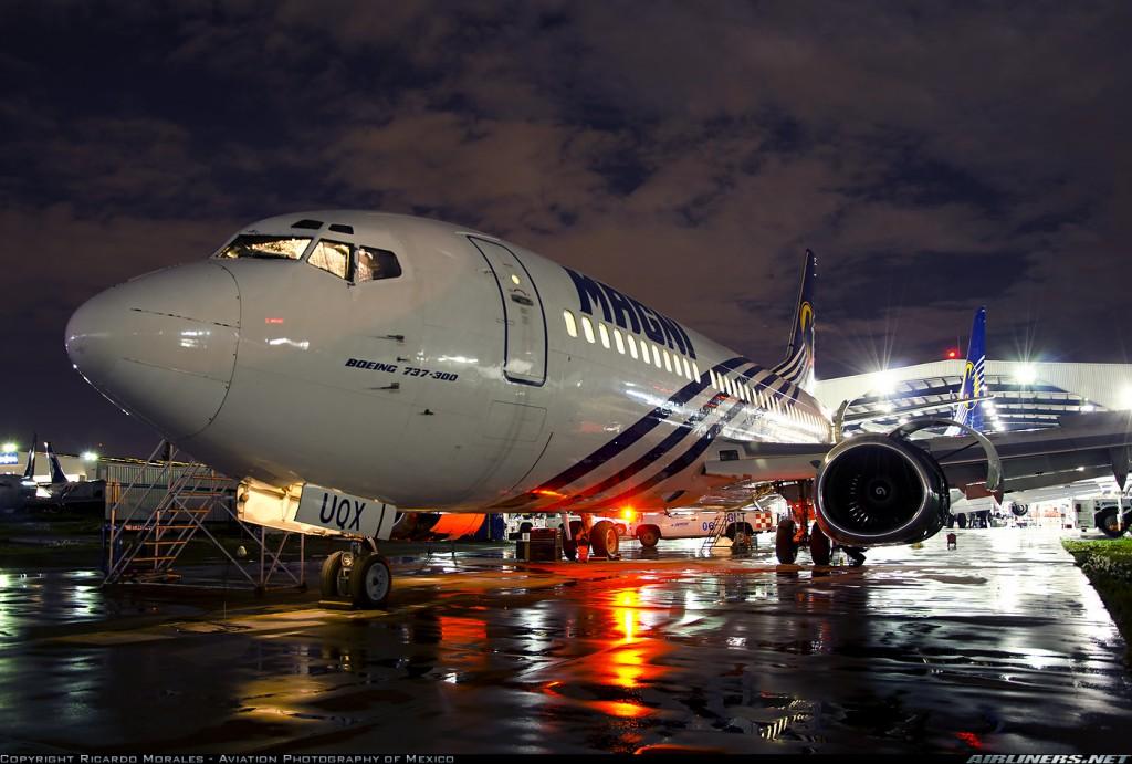 En esta espectacular foto nocturna de un Boeing 737-300 de la compañía mexicana low cost Magnicharters podemos ver la estructura achatada de la parte inferior de los propulsores CFM-56 (fuente: Ricardo Morales/Aviation Photography of Mexico /airlners.net)