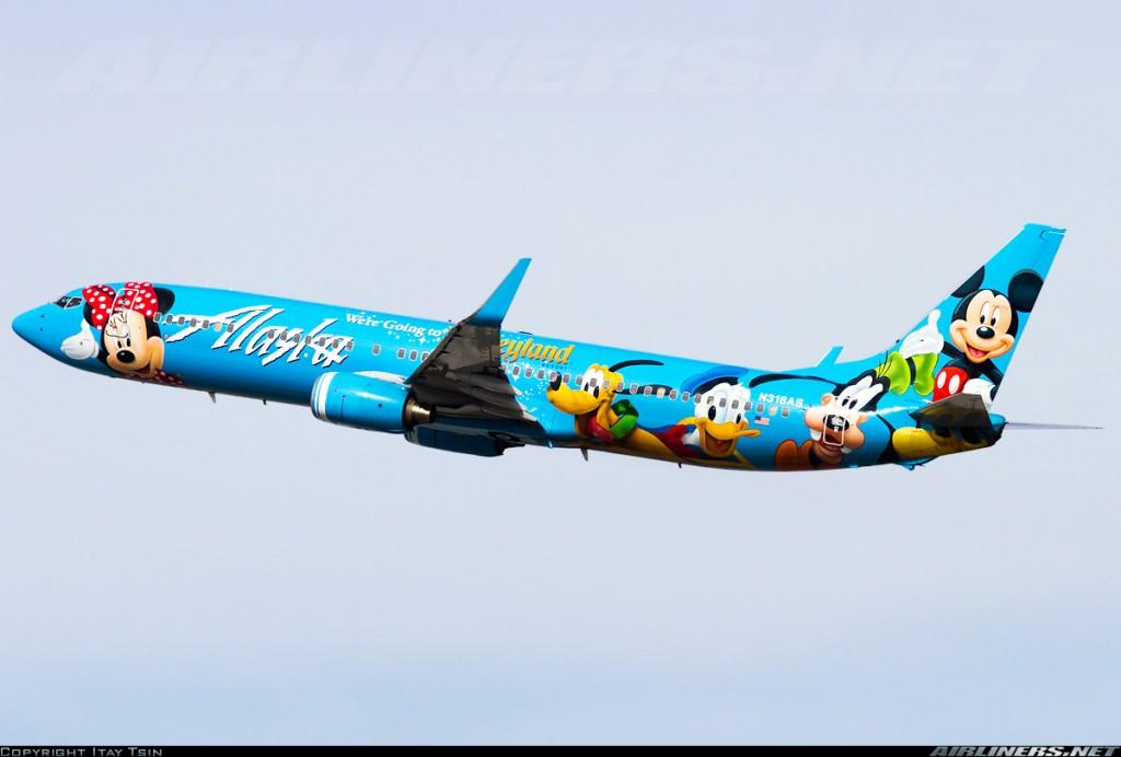 Un Boeing 737-990 de Alaska Airlines con espectacular esquema de colores promocional. Esta compañía del estado de Washington fue el cliente inaugural del 737-900. Obsérvese la longitud del fuselaje al compararla con las primeras versiones (Fuente: Itay Tsin/Airliners.net)