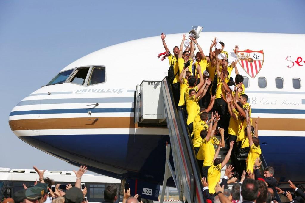 Llegada del Sevilla F.C. al aeropuerto de San Pablo a bordo del Boeing 767-300ER. (fuente: José Galiana. Archsev /ABC)
