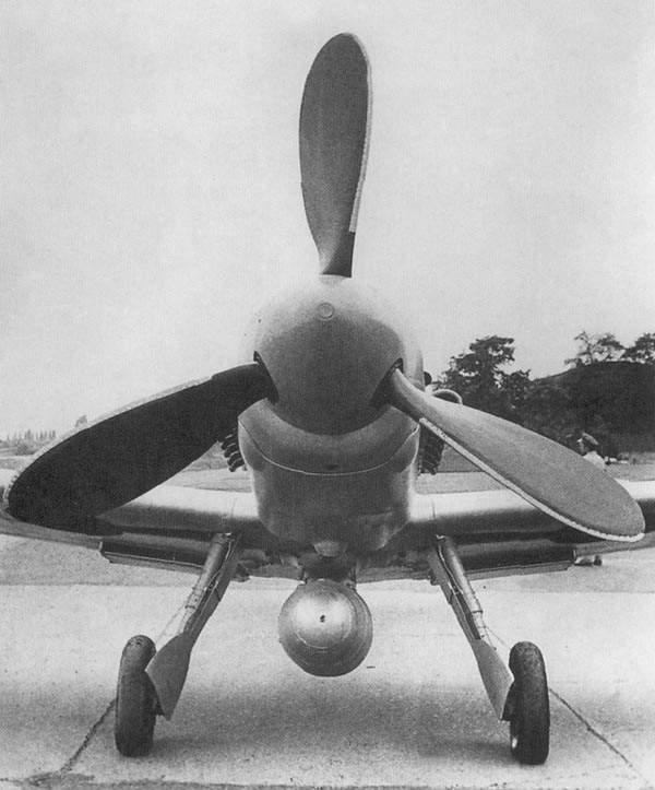 Vista frontal del Avia S-199, con su gruesa hélice Junkers (Fuente: AJ Press Monografie)