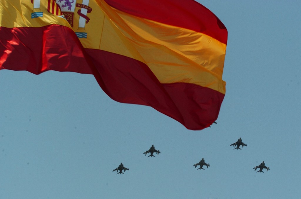 Símbolos y tareas: una patrulla de Harriers de la Armada sobrevuela la bandera de España (fuente: defensa.gob.es)
