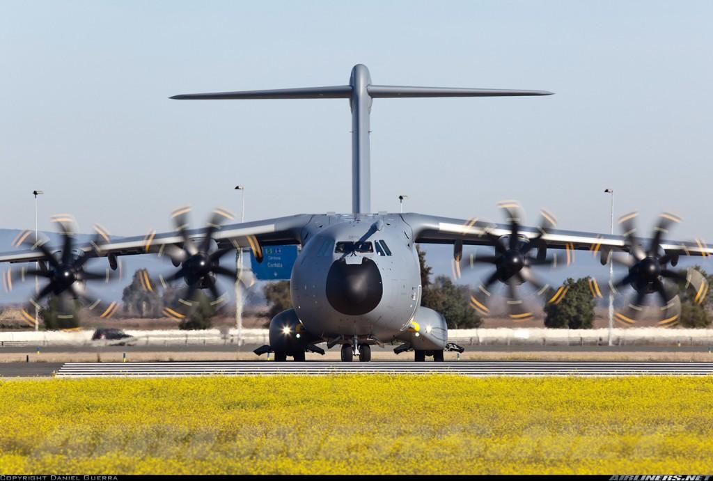 El A-400M es uno de los programas estrella para la industria aeronáutica andaluza. Un A-400M carretea en el aeropuerto de San Pablo en sus test antes de ser entregado a L´Armée de l'Air (fuente. Daniel Guerra / Airliners.net)