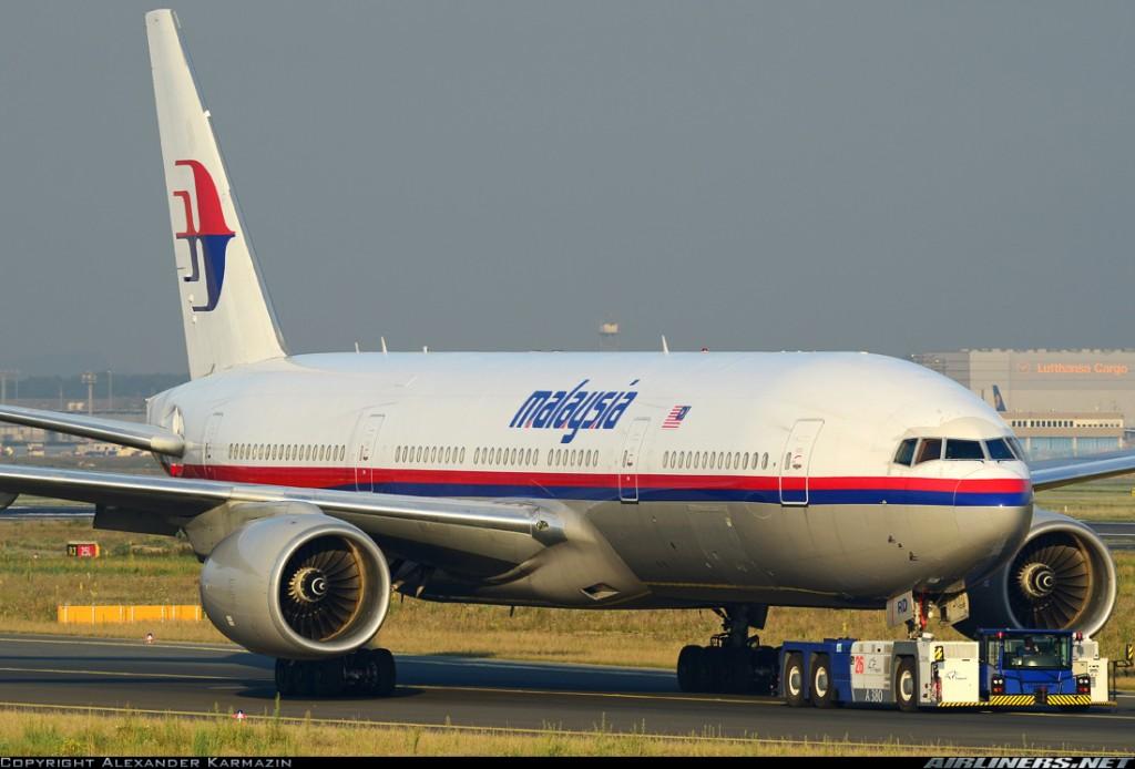 El avión siniestrado, un Boeing 777-2H6/ER y matriculado como 9M-MRD, es remolcado desde su aparcamiento a terminal en el aeropuerto de Frankfurt. El avión fue fabricado en 1997 (28411/84) y acumulaba 75.322 horas de vuelo (fuente: Alexander Karmazin/Airliners.net)