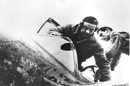 Saint-Exupéry subiendo a la cabina de su P-38 Lightning