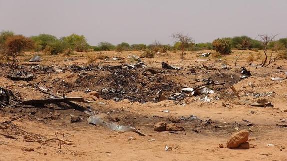 Restos irreconocibles de la aeronave, cerca de la localidad de Gossi (Mali)