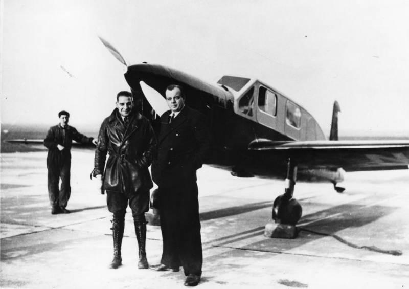Saint-Exupéry y su mecánico André Prévost posan delante de su avión (http://aama.museeairespace.fr)