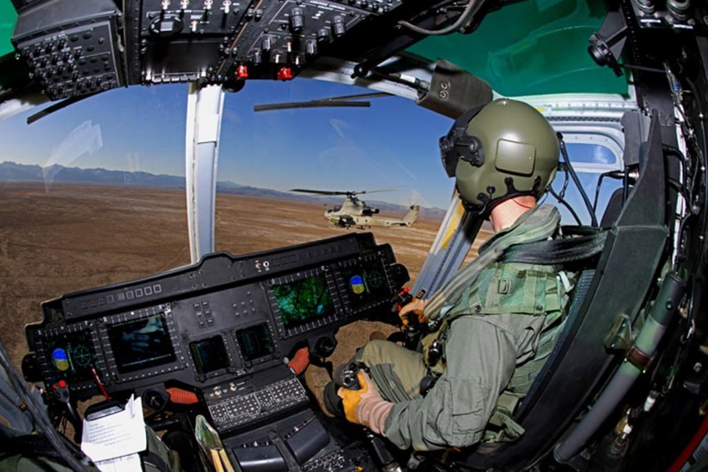 Cabina de vuelo de un Bell UH-1Y SuperHuey volando en formación con un AH-1Z. Obsérvese la disposición del cíclico (fuente: shephardmedia.com)