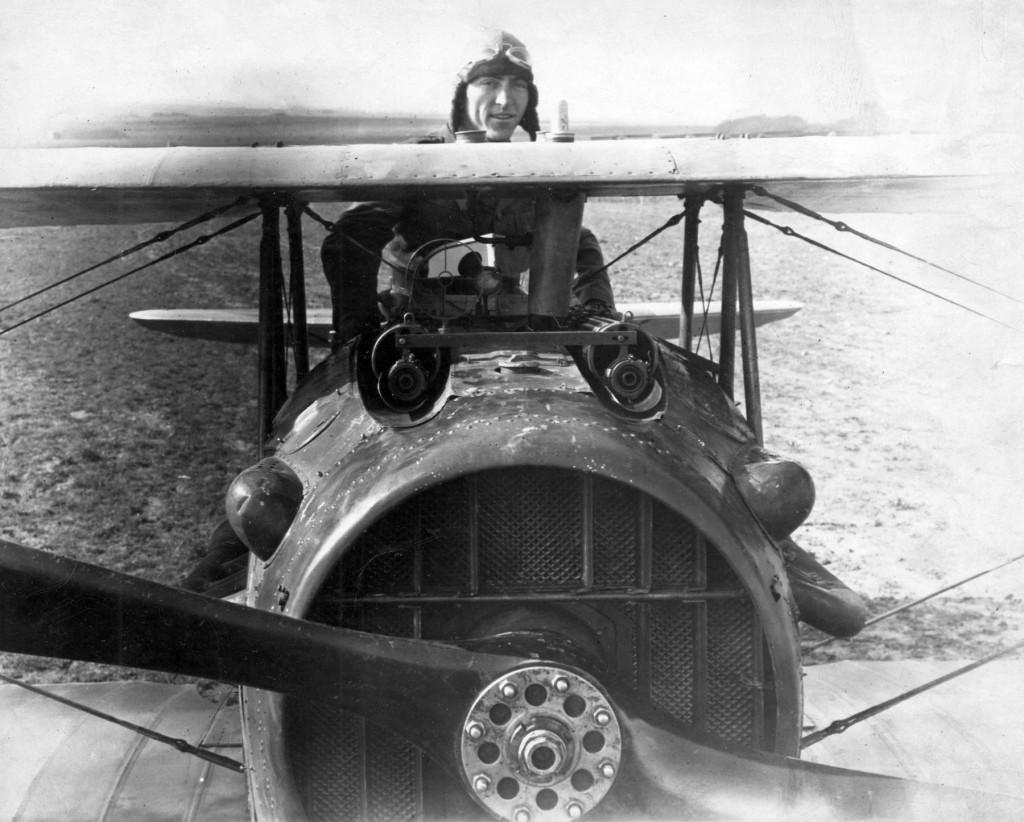 El mayor as norteamericano de la Primera Guerra Mundial, Eddie Rickenbacker posa ante su SPAD S.XIII. Con él consiguió la mayoría de sus 26 victorias aéreas (Fuente: U.S. Air Force photo - www.nationalmuseum.af.mil)