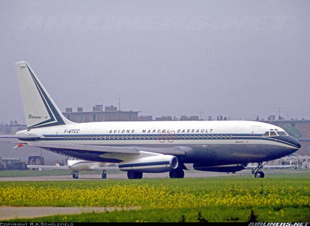El prototipo 01 del Dassault Mercure, matriculado F-WTTC y propulsado por dos JT8D-11, carretea en el Le Bourget Paris Air Show un 5 de junio de 1971. Había realizado su primer vuelo una semana antes. (R.A.Scholefield / airliners.net)