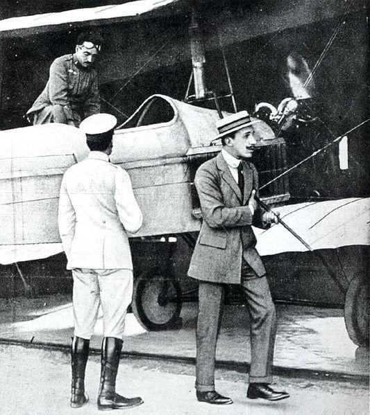 1915: El rey Alfonso XIII inspecciona el Barron Flecha con el prototipo del motor Hispano V8 en la base de Cuatro Vientos, mientras el propio Eduardo Barrón se dispone a subir a la cabina del biplano (www.altrade.es)