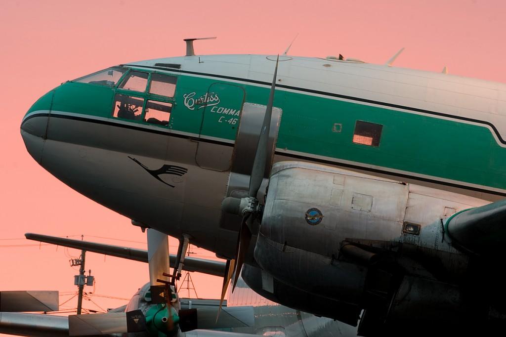 Con setenta años a sus espaldas, este Curtiss C-46 Commando de Buffalo Airways reposa listo para otra jornada de trabajo en las Tierras del Noroeste canadiense. La garza de Lufthansa permanece de los tiempos en que operaba con la aerolínea germana, medio siglo atrás.