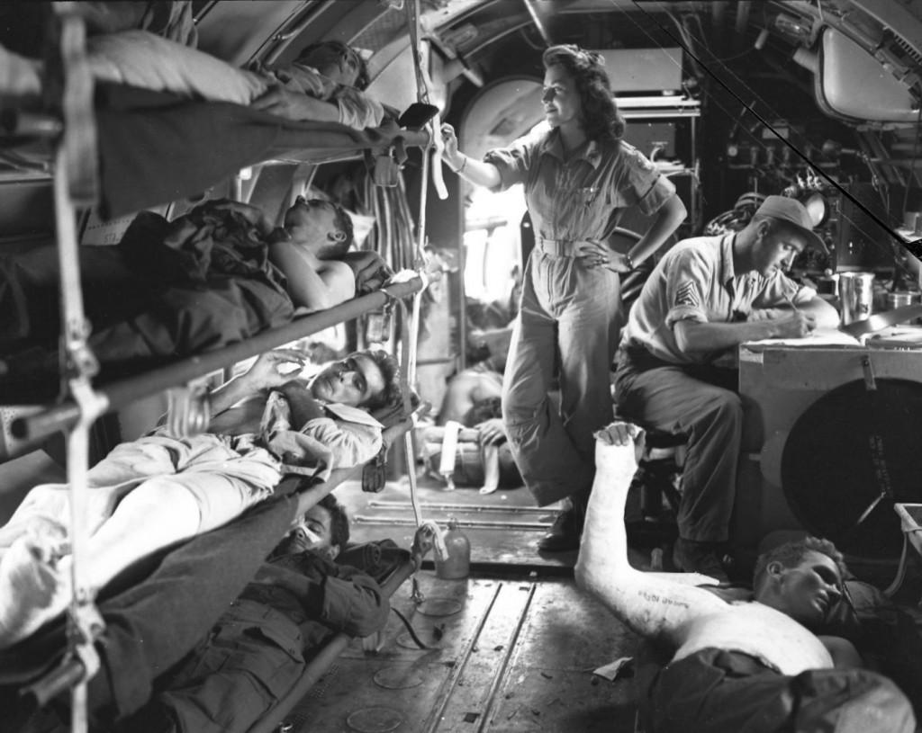 Un Curtiss C-46 Commando en vuelo, transportando soldados norteamericanos desde Manila. En configuración MEDEVAC, era capaz de albergar 33 camillas y cuatro sanitarios. (US Army Air Force )