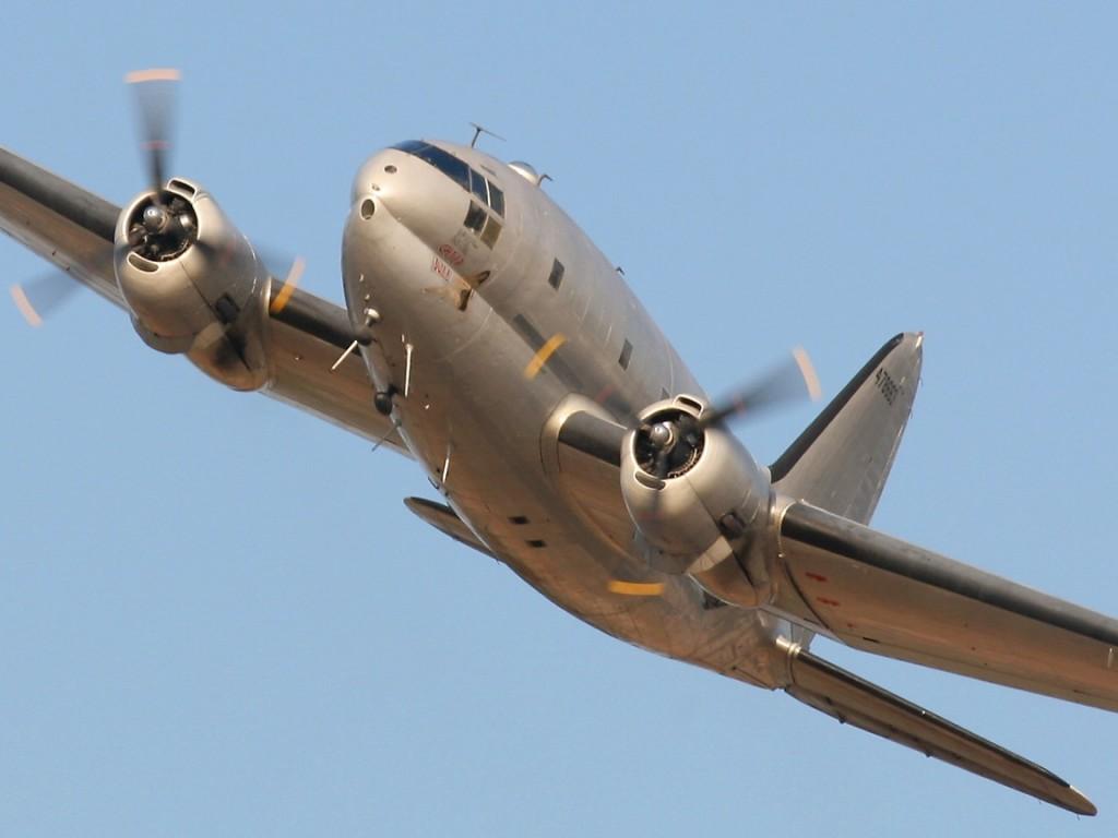 """Uno de los escasos Curtiss C-46 Commando aun en vuelo, el C-46F """"China Doll"""" perteneciente a la Commemorative Air Force (CAF). Obsérvese la sección en ocho del fuselaje, que le da un inconfundible aspecto."""