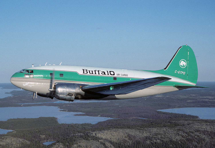 Uno de los Curtiss C-46 Commando de Buffalo Airways, sobrevolando el inhóspito Noroeste canadiense