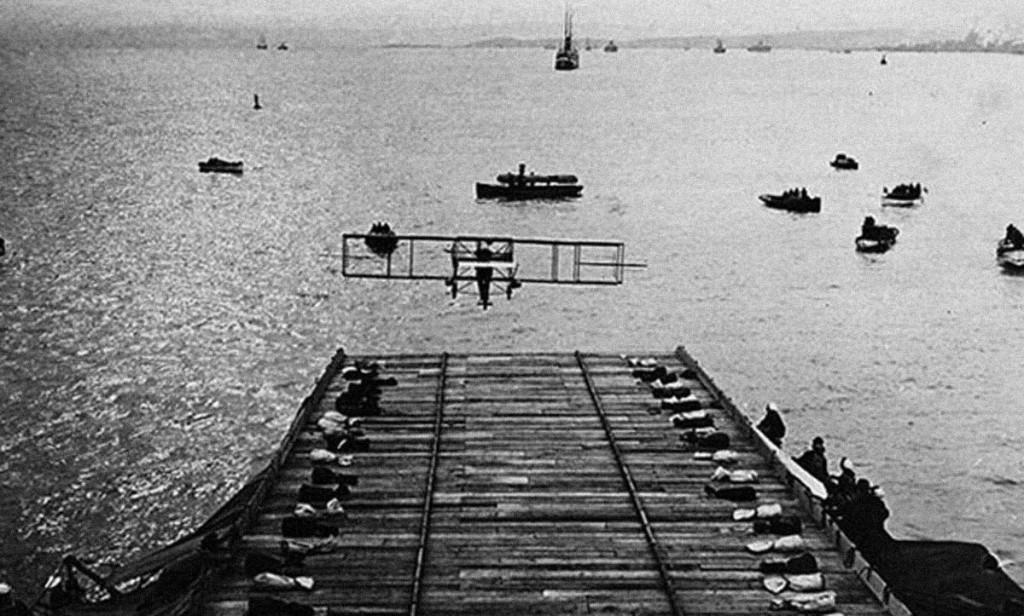 Eugene Ely y su Curtiss entran en la historia aterrizando en la cubierta del crucero norteamericano USS Pennsylvania