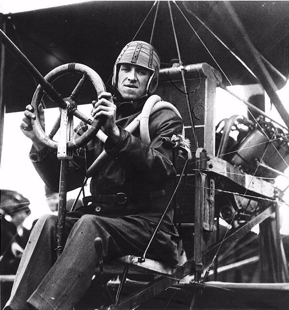 Eugene Ely, a los mandos de su Curtis Pusher. Obsérvese la configuración impulsora del motor, y la inquietante cercanía del hirviente radiador al piloto.