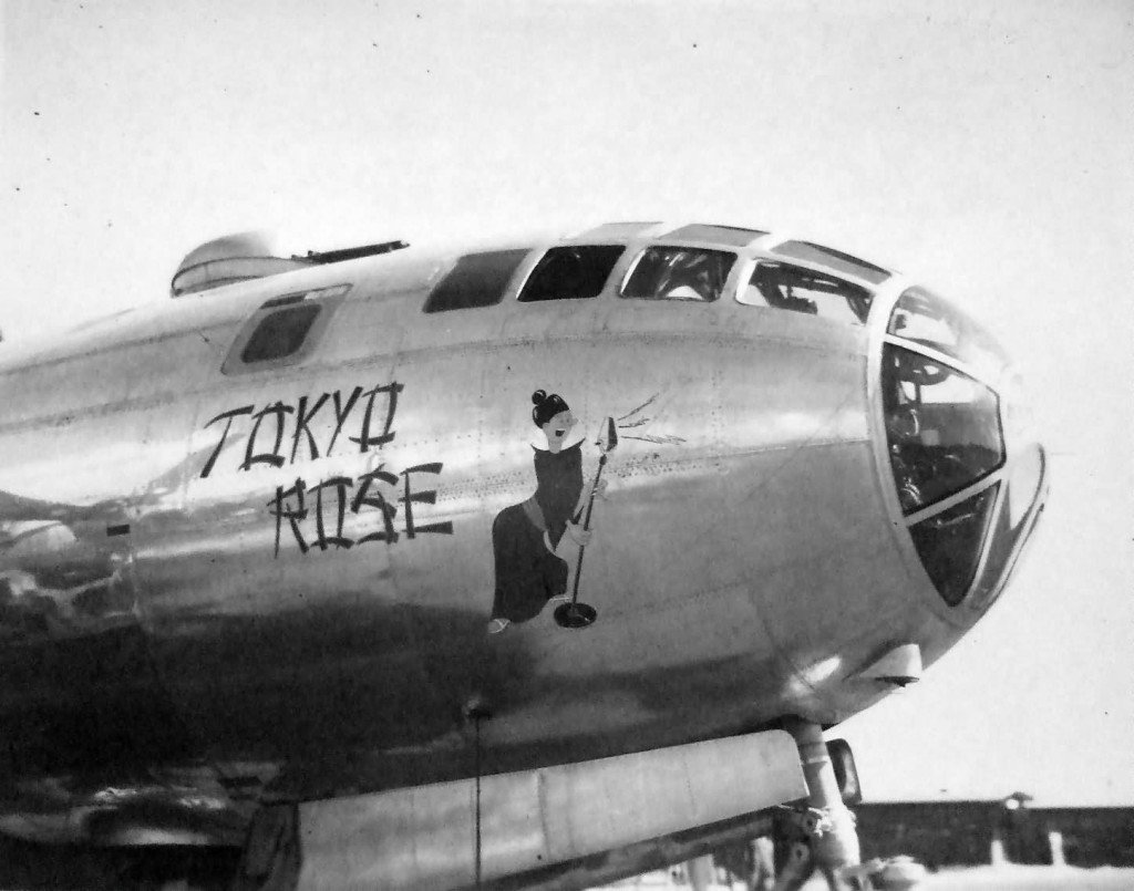 "El morro decorado del Boeing B-29A-5-BN (F-13A) Superfortress ""Tokyo Rose"", en Tinian, 1945 (www.worldwarphotos.info)"