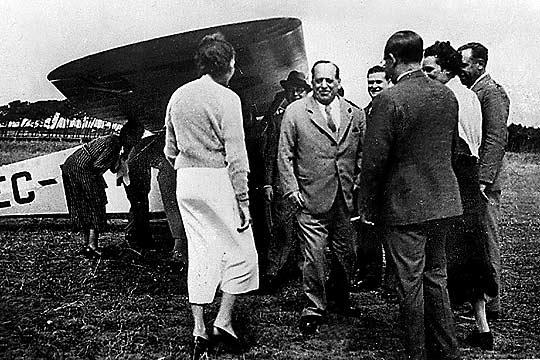 El general Sanjurjo se despide de su esposa y amigos antes de subir a la Puss Moth pilotada por Juan Antonio Ansaldo, en el campo de fortuna de Boca do Inferno, en Estoril