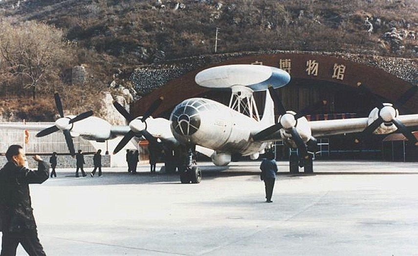 Prototipo del avión AEW KJ-1, con el enorme rotodomo montado y los más modernos propulsores turbohélice Zhuzhou WJ-6 en lugar de los viejos Shvetsov. (www.fas.org)