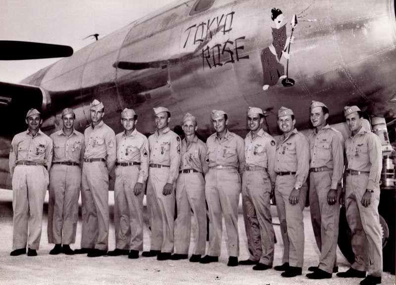 """Steakley (primero empezando por la derecha) y su tripulación, posan ante el F-13 """"Tokyo Rose"""" en esta fotografía publicitaria para la prensa, ya de regreso en Estados Unidos"""