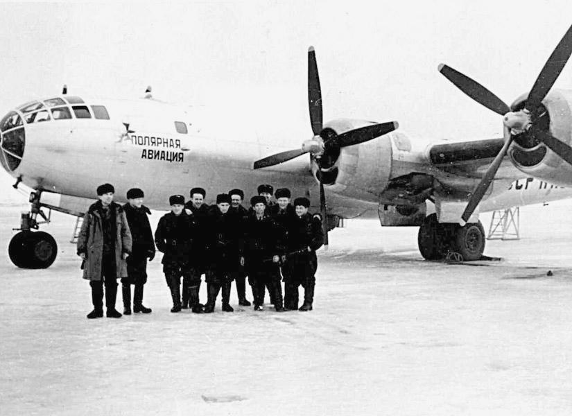 """La tripulación posa delante de su Tupolev Tu-4 de transporte con matrículas civiles en una misión de suministro en el Ártico. Estas difíciles rutas eran cubiertas desde Krasnoyarsk por la aerolínea estatal Aviaarktika, hasta que fue absorbida en 1960 por Aeroflot. Precisamente el texto del fuselaje lo atestigua, ya que indica """"Aviación Polar"""". (www.polarpost.ru)"""