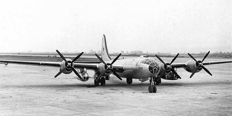 """Uno de los cincuenta Tu-4KS, versiones modificadas para transportar una pareja de misiles aire-superficie experimentales KS-1 Komet (""""Комета""""), tal como se puede observar en ambas alas"""