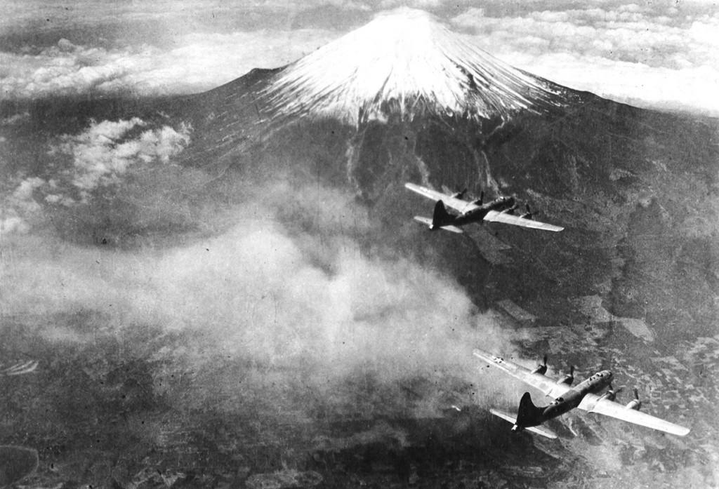 Superfortalezas a la vista del Monte Fuji en una misión de bombardeo sobre Tokio, en 1945