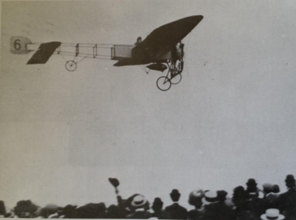 Jan Jan Olieslagers volando con su Bleriot XI en Tablada mientras es aclamado entre el gentío (Archivo Juan Antonio Guerrero Misa)