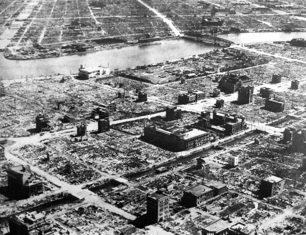 Terrorífica imagen de la ciudad de Tokio, arrasada por las bombas incendiarias tras el bombardeo del 9 al 10 de marzo de 1945.