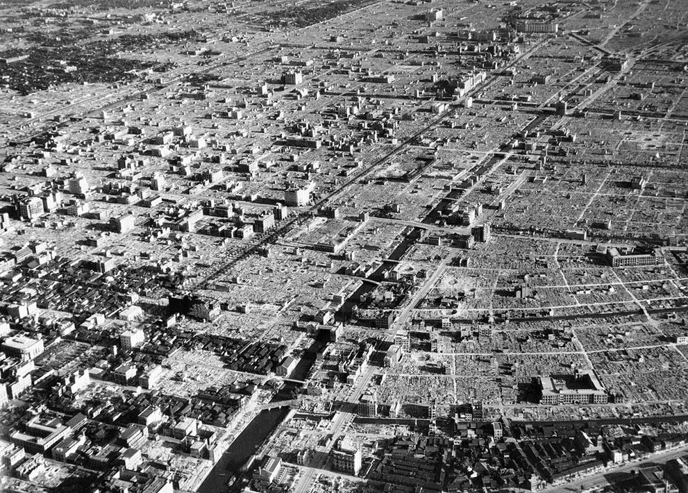 En un escenario de pesadilla, solo los edificios más robustos permanecen en pie en esta imagen de Tokio, tomada recién terminada la guerra, en septiembre de 1945 (AP Photo)