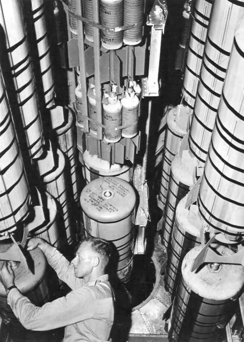 Armeros preparan la carga en las bodegas de un B-29. Los contenedores M-19 albergan en su interior un racimo de 38 bombas incendiarias AM-M69 cada uno (p47koji.wordpress.com / S. Smisek)